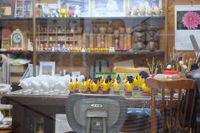 鳥取県岩美町岩井温泉の玩具、木彫人形 おぐら屋 仕事場