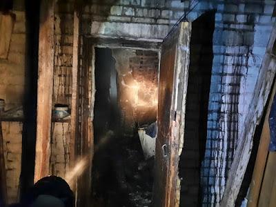 В результате пожара на площади 150 кв. м повреждены кровля, чердачное перекрытие и домашнее имущество в 3-х квартирном частном жилом доме