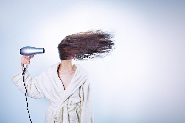 secador y cabello volando