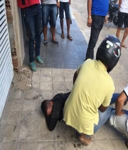 Homem é amarrado durante assalto no Centro de Serra Talhada; ele portava uma arma de brinquedo