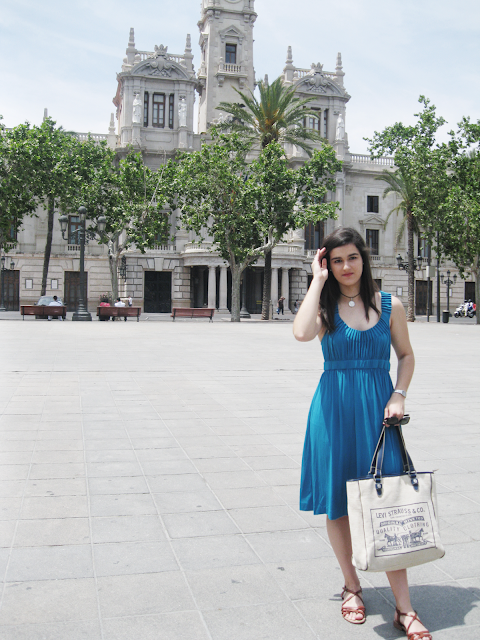 something fashion blogger Valencia stroll downtown, bloggerdemoda streetstyle blue dress summer spring inspiration, fencing club towel drawing fencer, what to wear to go out with your friends for a walk