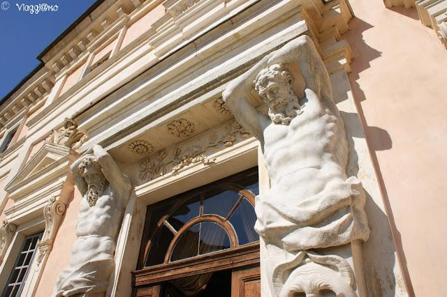 Le statue in marmo all'ingresso del Castello Reale di Govone