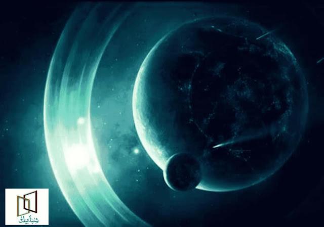 """أين تقع السماوات السبع  سؤالٌ يتكرر كثيراً أين هي السماوات السبع وإذا كان العلماء يتحدثون عن الفراغ بين النجوم والمجرات وعن الدخان والغبار الكوني وغيرها من نيازك ومذنبات وأشعة كونية ، فأين السماء ؟ تعالوا معنا ..       رأي العلماء في طبيعة السماوات السبع  في بداية الأمر لابد من التنويه بأن العلماء المعاصرين لا يزال الاختلاف قائماً بينهم في عدد طبقات الغلاف الجوي ، فهناك من يقول بأن طبقات الغلاف الجوي خمسة طبقات  ( تروبوسفير ، ستراتوسفير ، ميزوسفير ، إيونوسفير ، إكزوسفير ) ،  وهناك من أوصلها إلى تسعة طبقات ! ، ثم أنها متداخلة ليس بينها حدود أو فواصل يميز بعضها عن الآخر ، وقد جاء في الموسوعة الحرة (ويكيبيديا ) """" يتكون الغلاف الجوي من ست طبقات رئيسية تتداخل في بعضها مما يجعل الفصل بينها غير ممكن تقريباً """" ، وهذا وحده كاف في الرد على من يفسر السماوات السبع بطبقات الغلاف الجوي . رأي الإسلام في السماوات السبع  ومن ناحية النصوص الشرعية في مكان وطبيعة السماوات السبع وبأنها ليست هواءً ولا فضاء ، وإنما هي بناء متين مُحكم الأركان كما جاء في القرآن الكريم قال تعالى في سورة البقرة """" الَّذِي جَعَلَ لَكُمْ الْأرْضَ فِرَاشاً وَالسَّمَاءَ بِنَاءً """" ، وهناك في سورة غافر قول الحق تبارك وتعالى """" اللهُ الَّذي جَعَلَ لَكُمْ الْأرْضَ قَرَاراً وَالسَّمَاءَ بناءً """" ، إذا وبنص القرآن فالسماوات السبع هي بناء وهذا البناء شديد وقوي لأن الله سبحانه وتعالى يقول في آية أخرى """" وَبَنَيِنَا فَوْقَكُم سَبْعاً شَدَاداً """" ،  أما المجرات والنجوم فهي تشكل نسيجاً تم حبكه بإحكام ، وذلك لقول الله جل وعلا في سورة الذاريات :"""" والسَّمَاءِ ذَاتِ الْحُبُكِ """" ، من هذه الصفات نستطيع أن السماء ليس الفراغ بين المجرات والسماء ليست الكون ، بل هي بناءٌ قوي يسيطر على الكون وتتوسطه النجوم والمجرات وتسبح عبره بما تحتويه من كواكب وغير ذلك ، وهذه المواصفات تنطبق على ما يعتقد العلماء بوجوده ويسمونه المادة المظلمه ، ويقولون إن الكون مليء بالمادة التي لا نراها وهي تُشكل أكثر من 96% منه وهي قوية جداً وتشكلت مباشرة بعد نشوء الكون من الدخان والغازات الناتجة عن الانفجار الكبير ، ونحن نقول   لا يوجد انفجار بل هو رتقٌ وفتق كما أخبرنا الله تعالى في القرآن الكريم     حيث قال :"""" أَوَلَم يَرَ الَّذِينَ كَفَرُوا أَنَّ السَّمَاوَات وَالْأَ"""