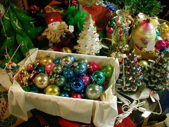 Deck the holiday 39 s vintage christmas decorations and trees for What to do with old christmas ornaments