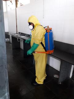 Profissionais da SABESP  realizam nova desinfecção do terminal rodoviário, onde está instalada a barreira sanitária 24h