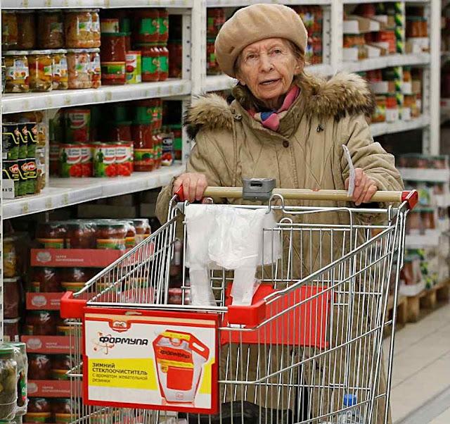 Idosa de carrinho vazio. Maioria das famílias russas pena para comprar alimentos básicos