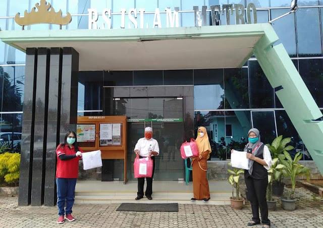 Anggota DPRD kota metro dari fraksi PDI Perjuangan memberikan Bantuan APD