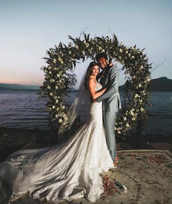 Talita Rocca e Leandrinho posando para foto do casamento na beira do mar