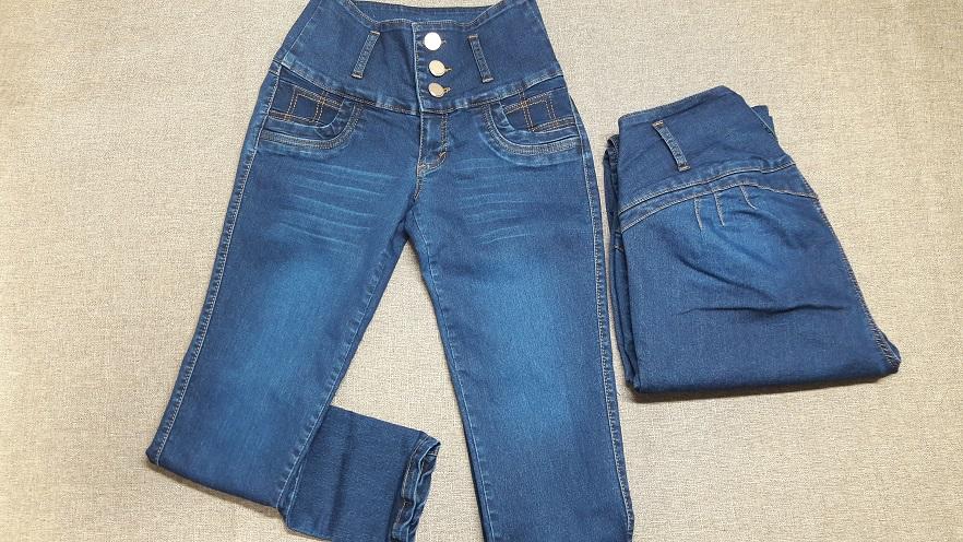Modelo # 03 Pantalon Azul con Desgaste en Piernas