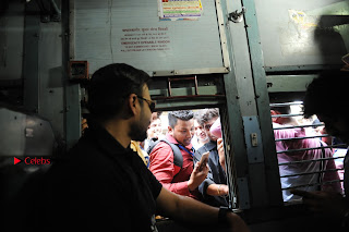 Bollywood Actor Vivek Oberoi Snapped Travelling by Local Train to Kelve  0018.JPG