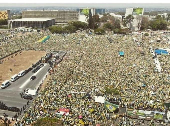Multidão apoia o presidente Bolsonaro em Brasília