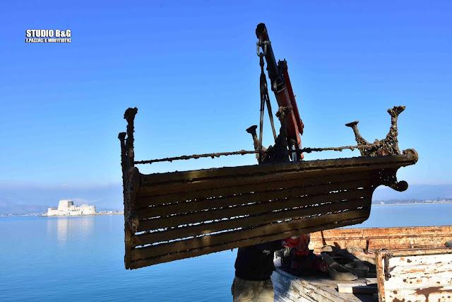 Ψάρεψαν... παγκάκια από το λιμάνι του Ναυπλίου