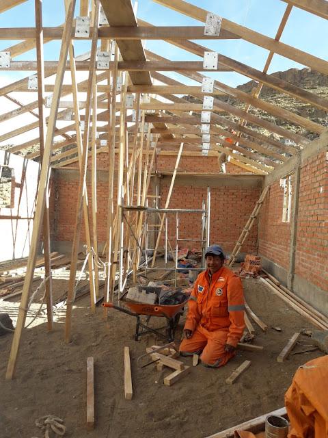Gestern war ich im Andendorf Kollpani. Ich war angenehm überrascht, wie unser Baumeister binnen nur einer Woche die Dachscheren fertigstellte und sie schon auf den Wänden befestigt hatte.