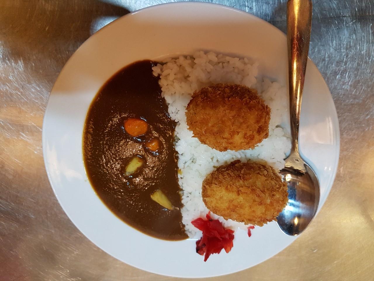 Curry with korokke (Cơm cari kiểu nhật với korokke )