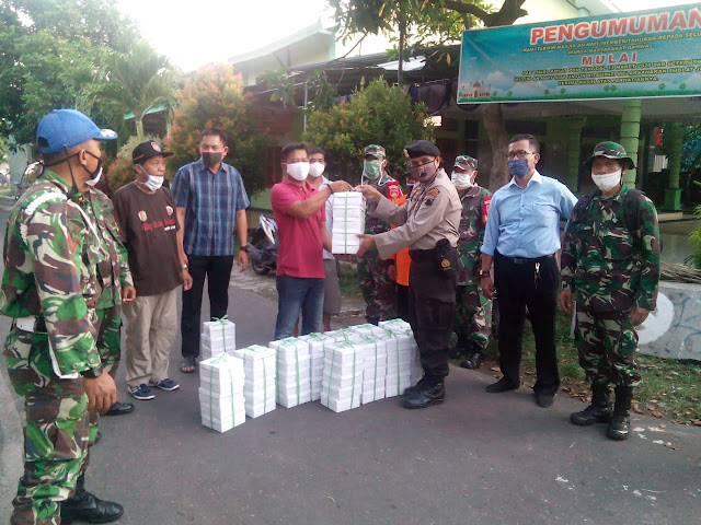 KodimKaranganyar - Anggota TNI Kodim Karanganyar Bersama Polres Karanganyar Bagikan Takjil