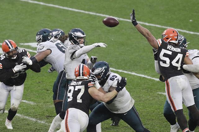 Dos intercepciones a Wentz y Nick Chubb maniataron a los Eagles