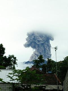 <b>Gunung Agung Kembali Erupsi, 53.207 Jiwa Masih Mengungsi</b>