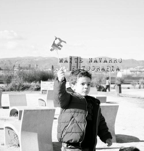 Niño con avión de cartón