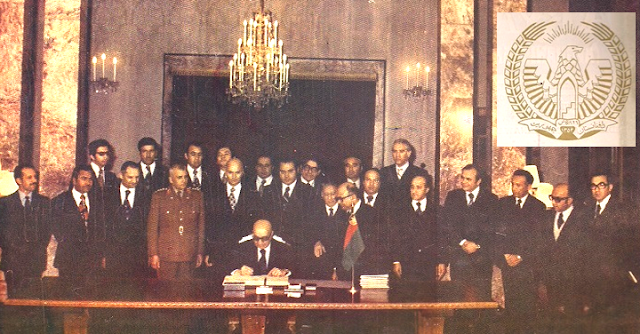 Daud Khan firma la Constitución de 1976