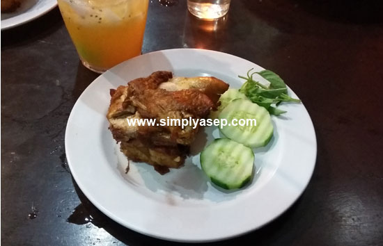 FRIED CHICKEN: One variant of uduk rice is its Fried Chicken which is quite large in size and its fresh vegetables. Photo of Asep Haryono