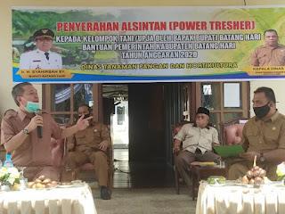 Bupati Batanghari Serahkan 24 Unit Power Tresher Kepada Kelompok Tani (UPJA)
