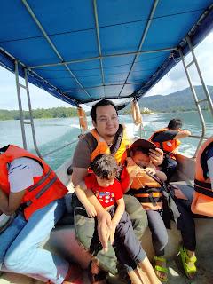 ayah dan anak bergambar dalam bot kenyir