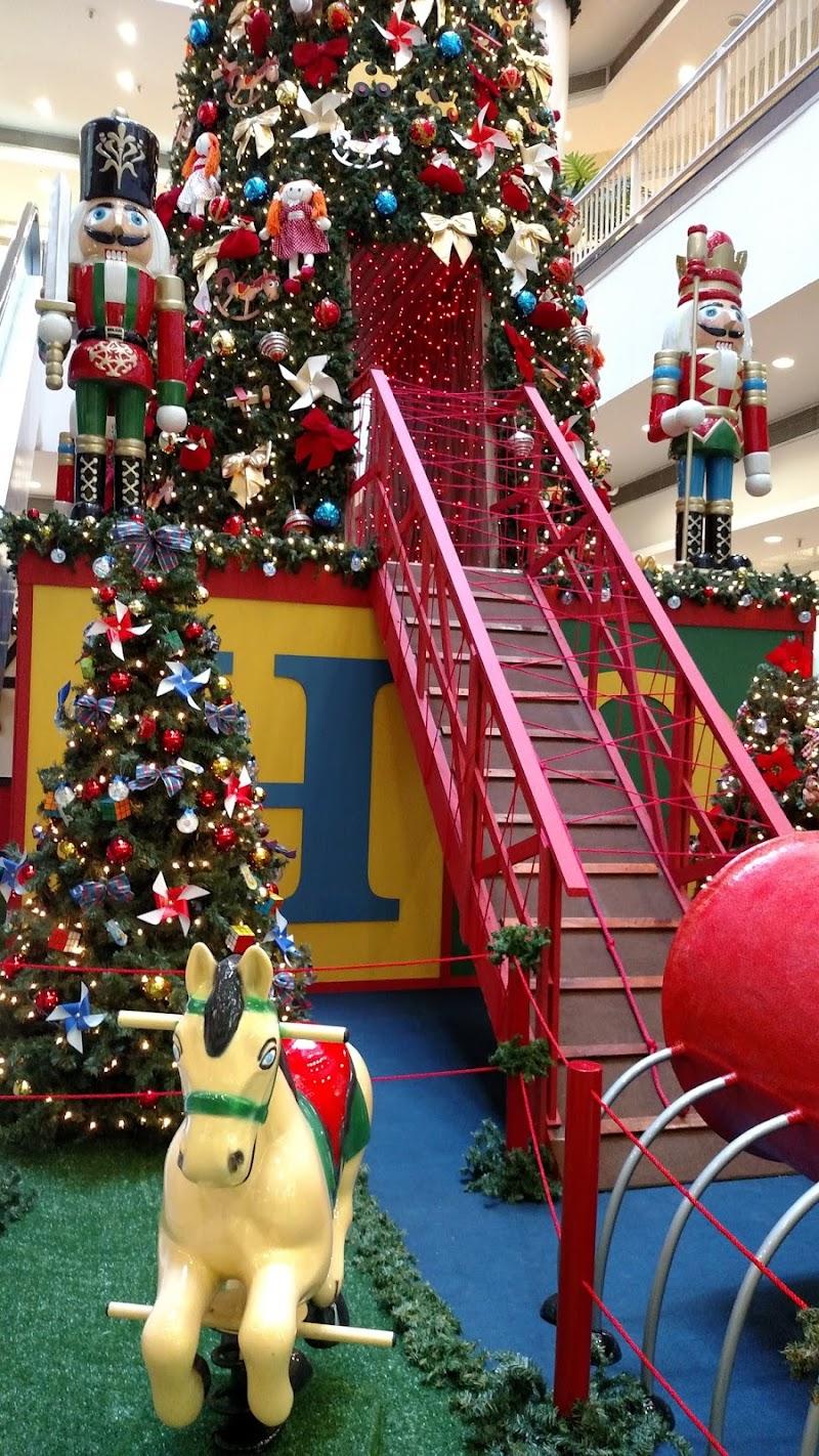 Ilha Plaza inaugura decoração Natalina inspirada em Brinquedos Antigos