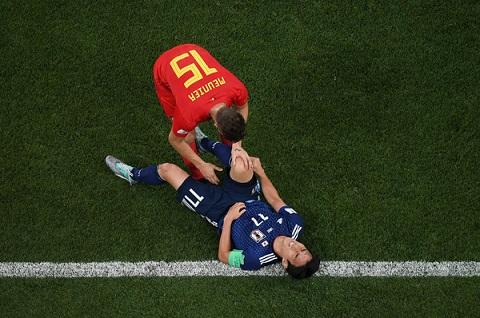Thomas Meunier an ủi Makoto Hasebe sau trận đấu