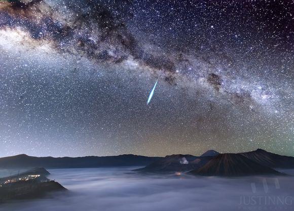 Chuva de meteoros Eta Aquaridas 2013, sobre o Mount Bromo, vulcão ativo na Indonesia - Justin Ng
