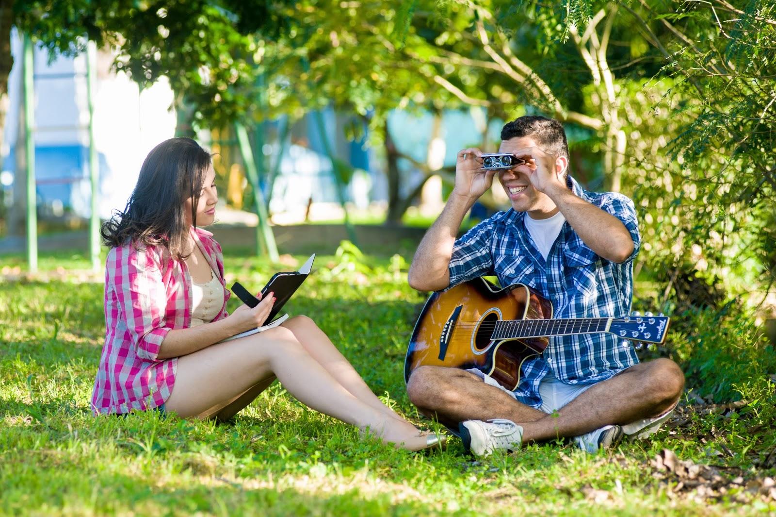 esession-casal-fotografos-violao-camera-livro