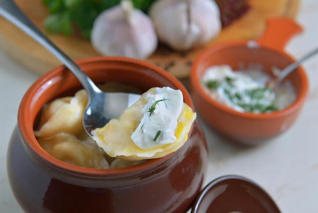 Klepe là món bánh dumpling trông khá giống với món pasta ravioli của nước Ý, song hương vị của chúng lại rất khác biệt. Khác với ravioli, klepe mang hương vị đậm đà của ẩm thực vùng trung tâm Châu Á. Bên trong klepe có nhân thịt bằm, trộn với hành tây xắt nhỏ và được nêm nếm bằng muối, tiêu. Những chiếc bánh này thường được ăn kèm với sốt kem chua, kem sữa chua hoặc sốt tỏi bột ớt cay xé khiến bạn phải hít hà.