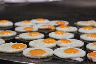 الفرق بين البيض النيئ والمقلي