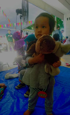 memilih mainan boneka untuk anak
