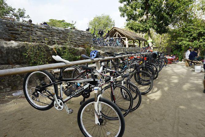 Parkir Sepeda di Angkringan Puncak Bibis