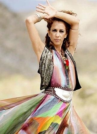Foto de Rosario Flores con ropa colorida