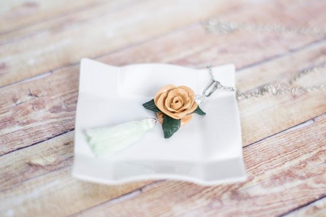 Herbaciana róża naszyjnik