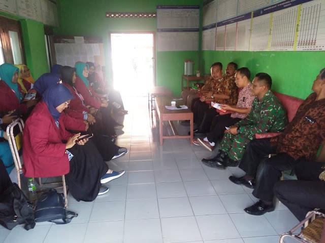 Babinsa Cawas Bersama Kades dan Perangkat Terima KKN Universitas Ivet Semarang