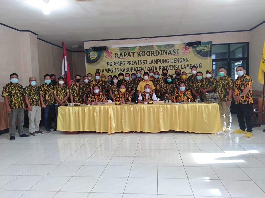Rapat Koordinasi, Ketua AMPG Provinsi Lampung Aprozi Alam Berikan Bantuan Seragam ke Pengurus KabupatenKota