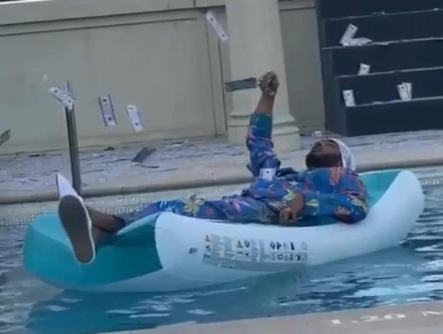 محمد رمضان يظهر في فيديو يرمي الدولارات في حمام السباحة.. لمن يوجه رسالته !