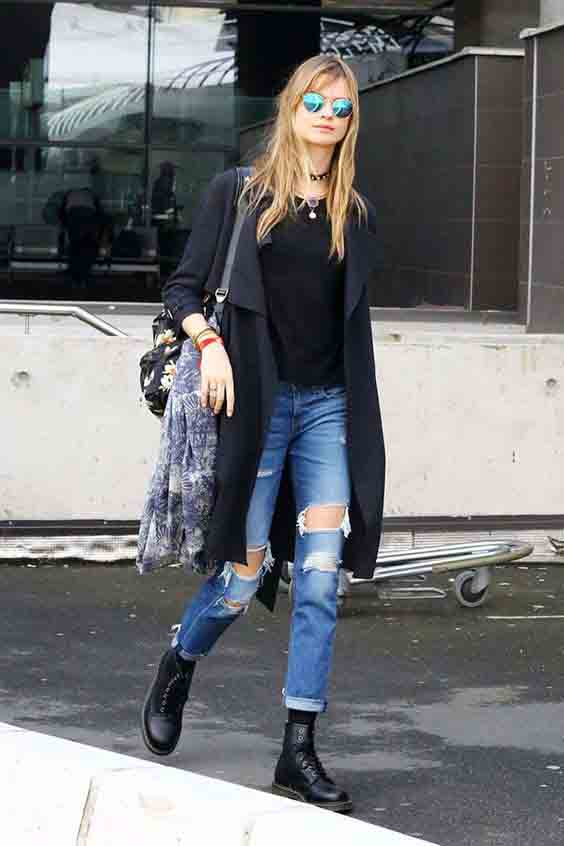 Calça jeans destroyed, casaco longo e bota coturno