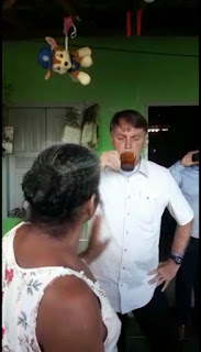 Presidente Bolsonaro surpreende ao sobrevoar voar povoado em Porto Seguro pousou helicóptero e tomou café em uma residência humilde do local.