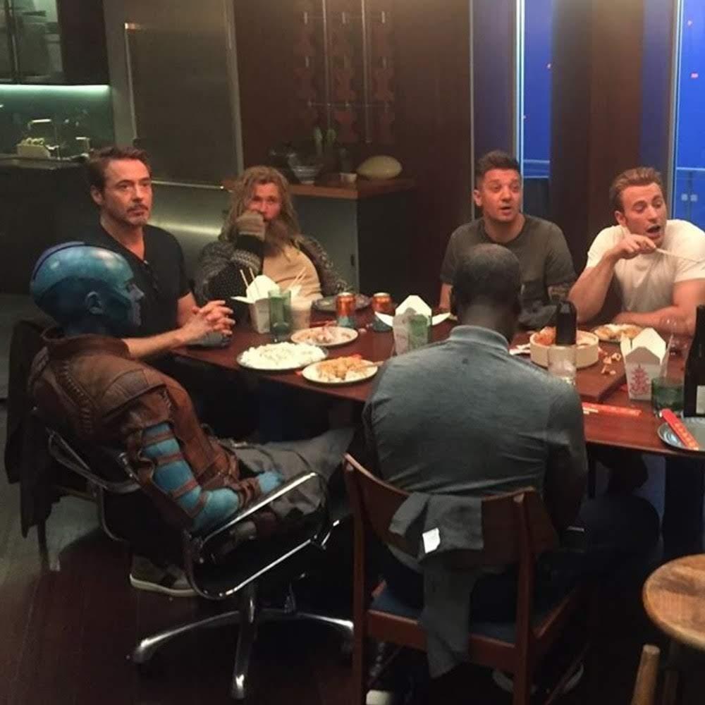 Nebula's first Chinese take away with the gang :「エンドゲーム」の撮影の合い間に中華料理を食べていたアベンジャーズのみなさん ! !