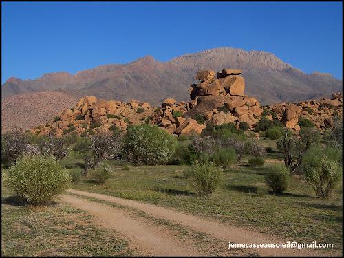 Sentier près des Rochers Peints à Tafraout