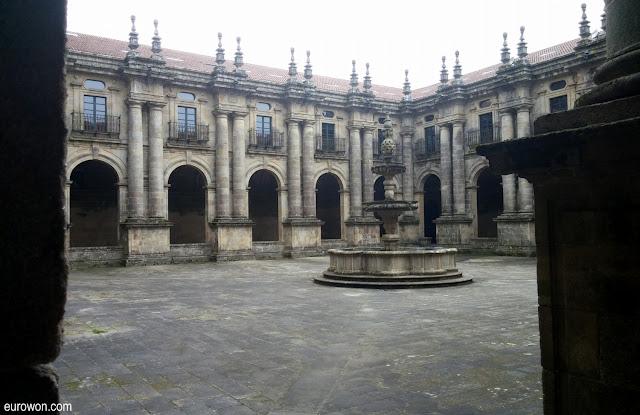 Patio interior de monasterio de Santiago