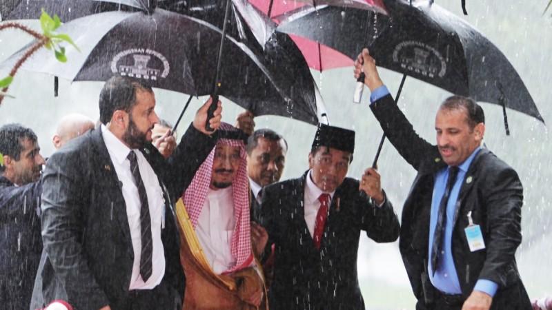Raja Salman disambut Presiden Jokowi di tengah hujan di Istana Bogor
