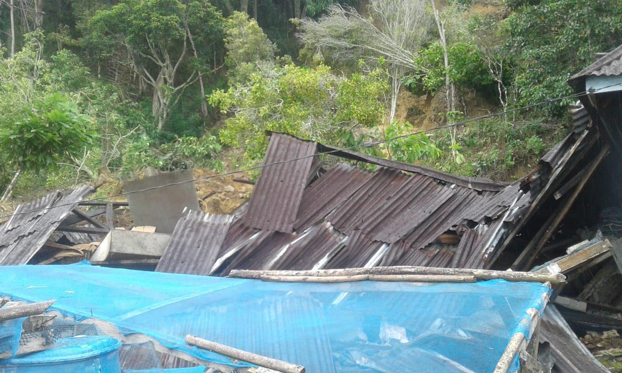 Rumah warga yang hancur tertimpa tanah longsor di Parapat.