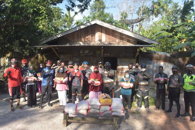 Gowes Simpatik, Kapolda Berikan Bantuan sembako ke Warga Sungai Gelam