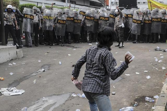 Pelajar Lempari Polisi dengan Batu dan Petasan