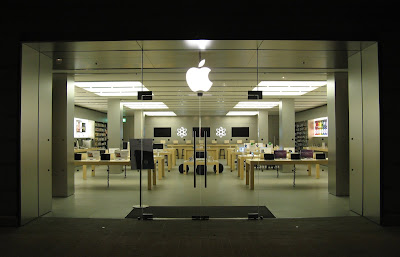 APPLE TRACES THE iPHONES WHICH WRE STOLEN FROM THE APPLE STORES IN US AMID THE US PROTEST
