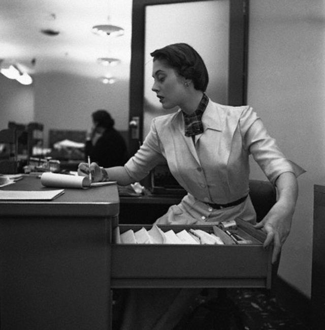 vintage office assistant 32 pictures of secretaries from before the 1970s vintage everyday. Black Bedroom Furniture Sets. Home Design Ideas